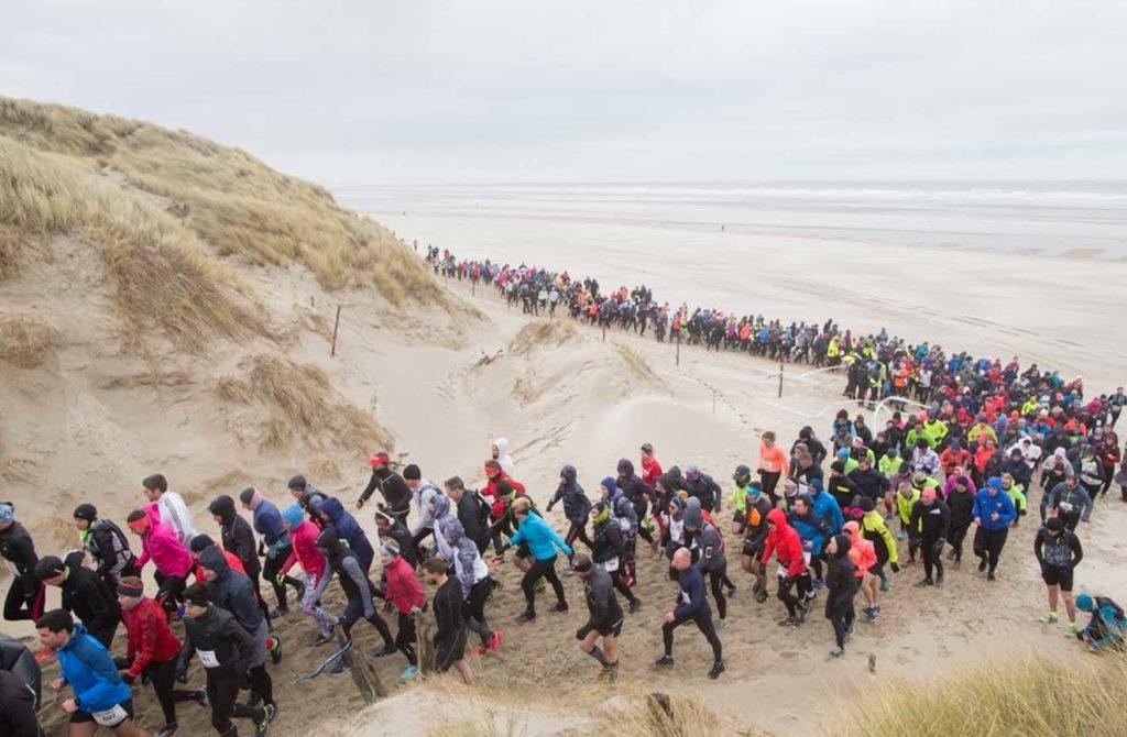 Montée de dunes lors du Trail D2B organisé par Karine Baillet Organisation