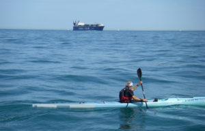 Traversée de la manche en kayak par Karine Baillet plan large avec cargo