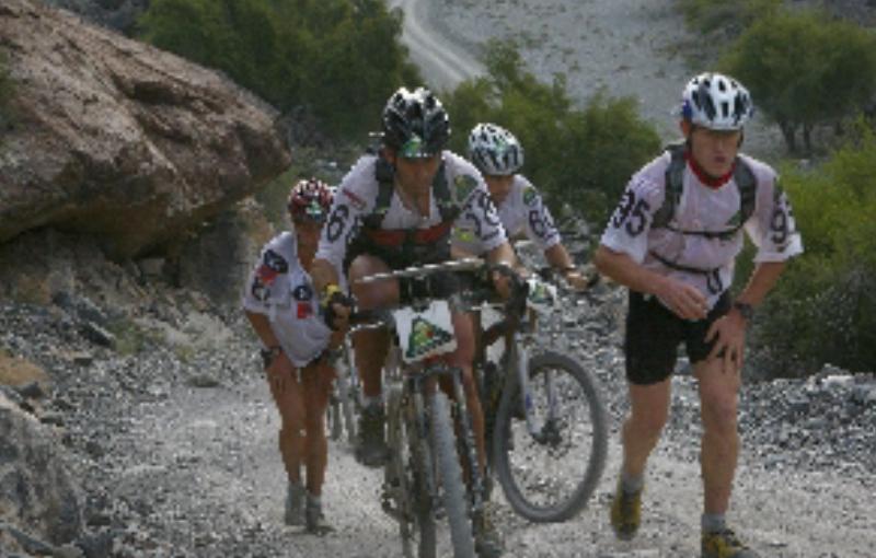Karine Baillet et son team lors d'un section bike&run sur l'oman