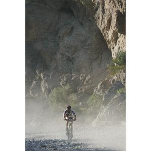 Karine Baillet à VTT lors d'une épreuve sportive au sultana d'Oman