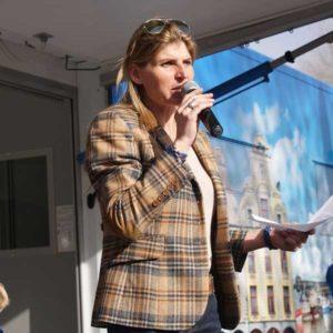 Karine Baillet réalisant le briefing d'un événement organisé par Karine Baillet Organisation
