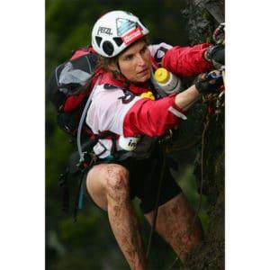 Karine Baillet lors d'une épreuve sportive en escalade en montagne à la réunion