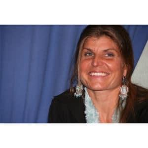 portrait de Karine Baillet prise lors d'une conférence débat