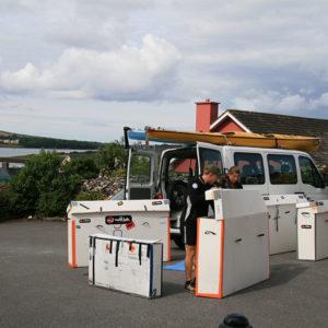 Karine Baillet préparant son matériel pour un raid sportif