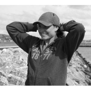 Portrait de Karine Baillet en noir et blanc sportswear