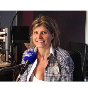 Portrait de Karine Baillet au micro de France Bleu Nord