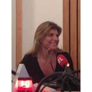 Portrait de Karine Baillet au micro d'RTL