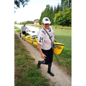 Karine Baillet en portage lors d'une section kayak sur le raid canéo