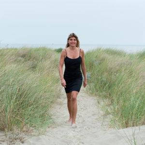 Karine Baillet dans les dunes du Touquet en été
