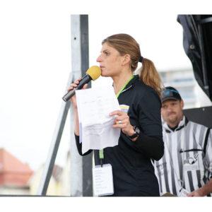 Karine Baillet lors d'un briefing d'un événement au Touquet organisé par Karine Baillet Organisation
