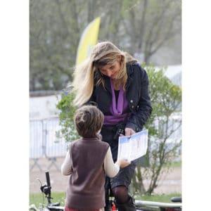 Karine Baillet et un petit garçon demandant un dédicasse