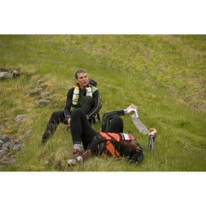 Karine Baillet en pause lors d'une section de trek en montagne avec son équipe wilsa sport