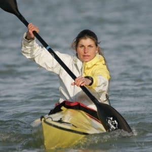 Portrait de karine Baillet en kayak de Mer