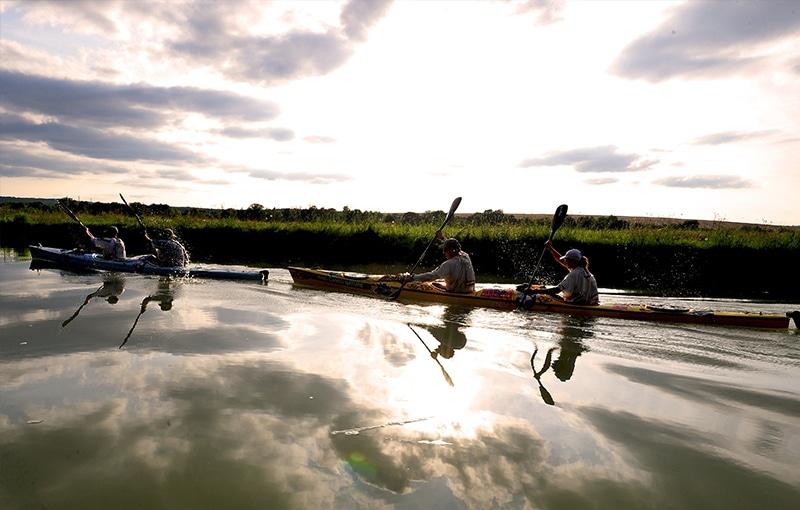 Karine Baillet en kayak avec son équipe wilsa sport