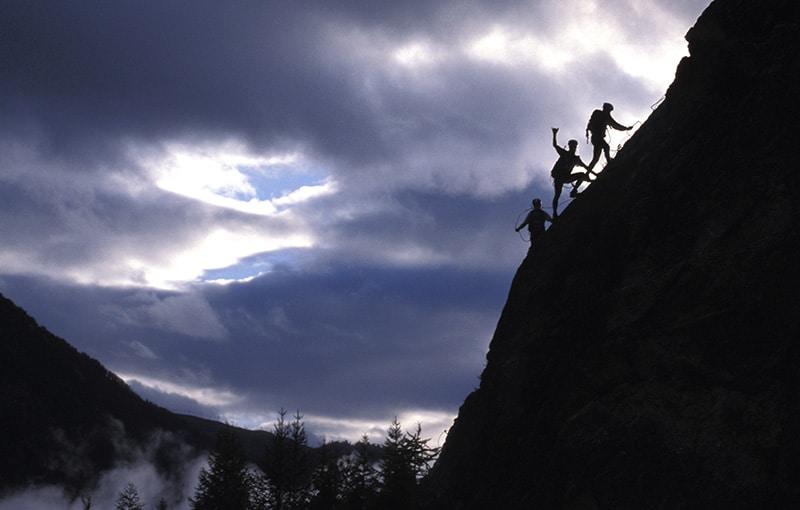 une équipe gravit une montagne lors d'une épreuve sportive Karine Baillet